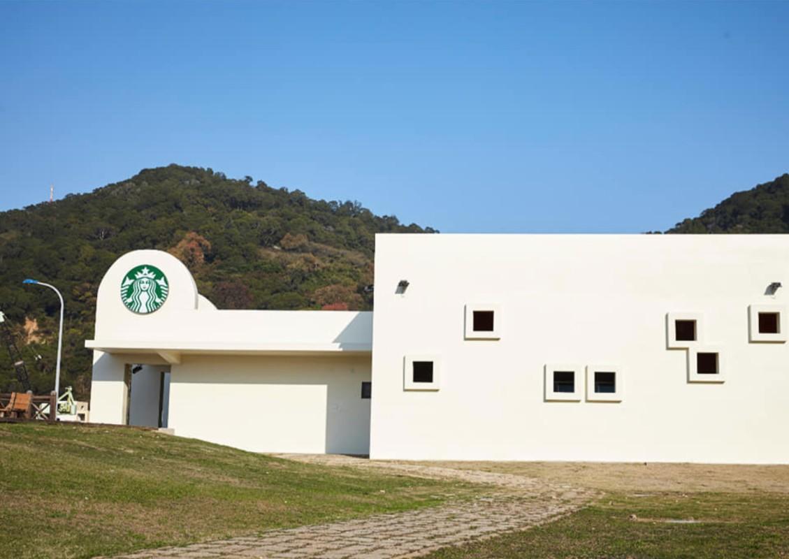 到台灣最靠北星巴克喝咖啡|馬祖南竿地標。枕戈待旦紀念碑