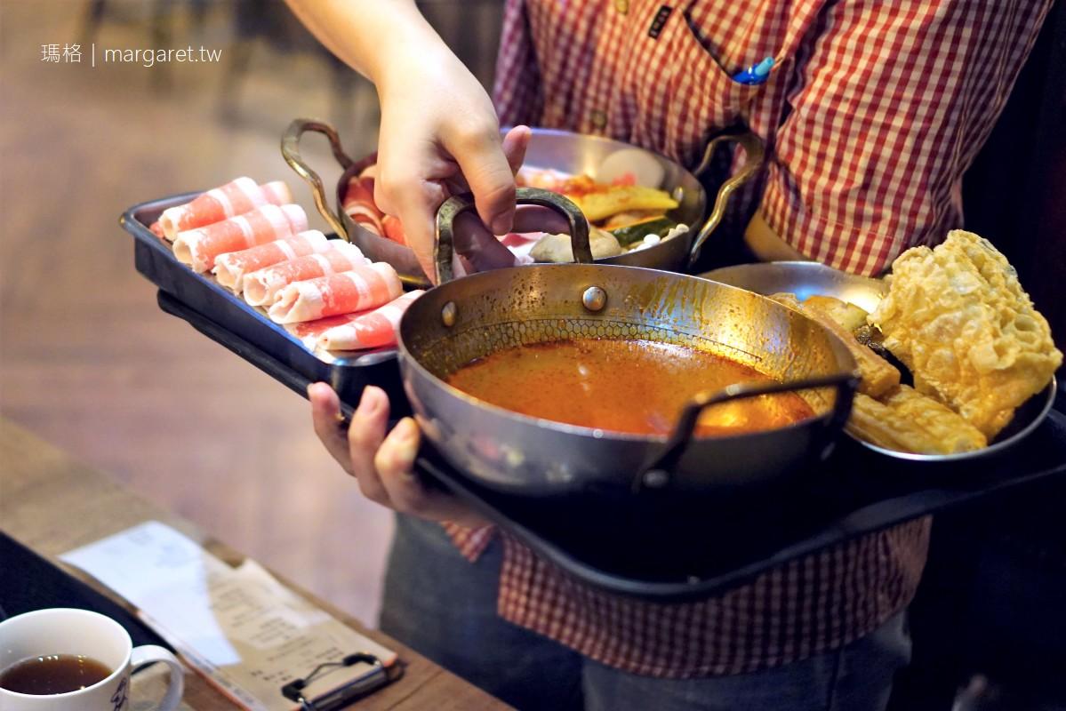 食焱廠創意鍋物。充滿實驗精神的視覺系火鍋店|燒瓶夾把餐桌變大了