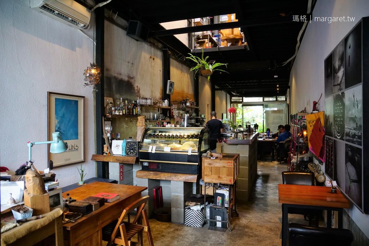 Cheela小屋咖啡館。台東舊鐵道路廊|後院的葉慈詩篇、鄰居家的九重葛、枕木上的鱷魚
