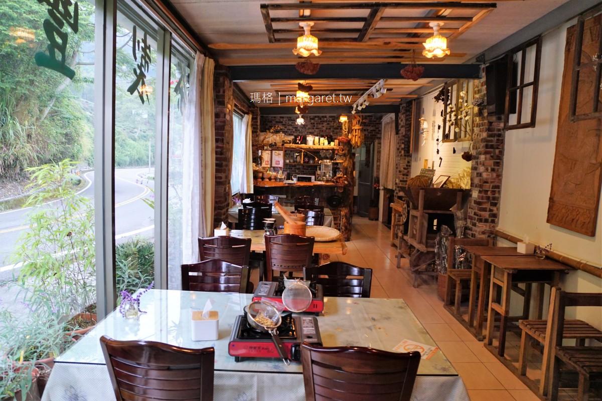 宿瓦納咖啡。阿里山公路旁不插電咖啡DIY|走上二樓看山看雲看茶園美景