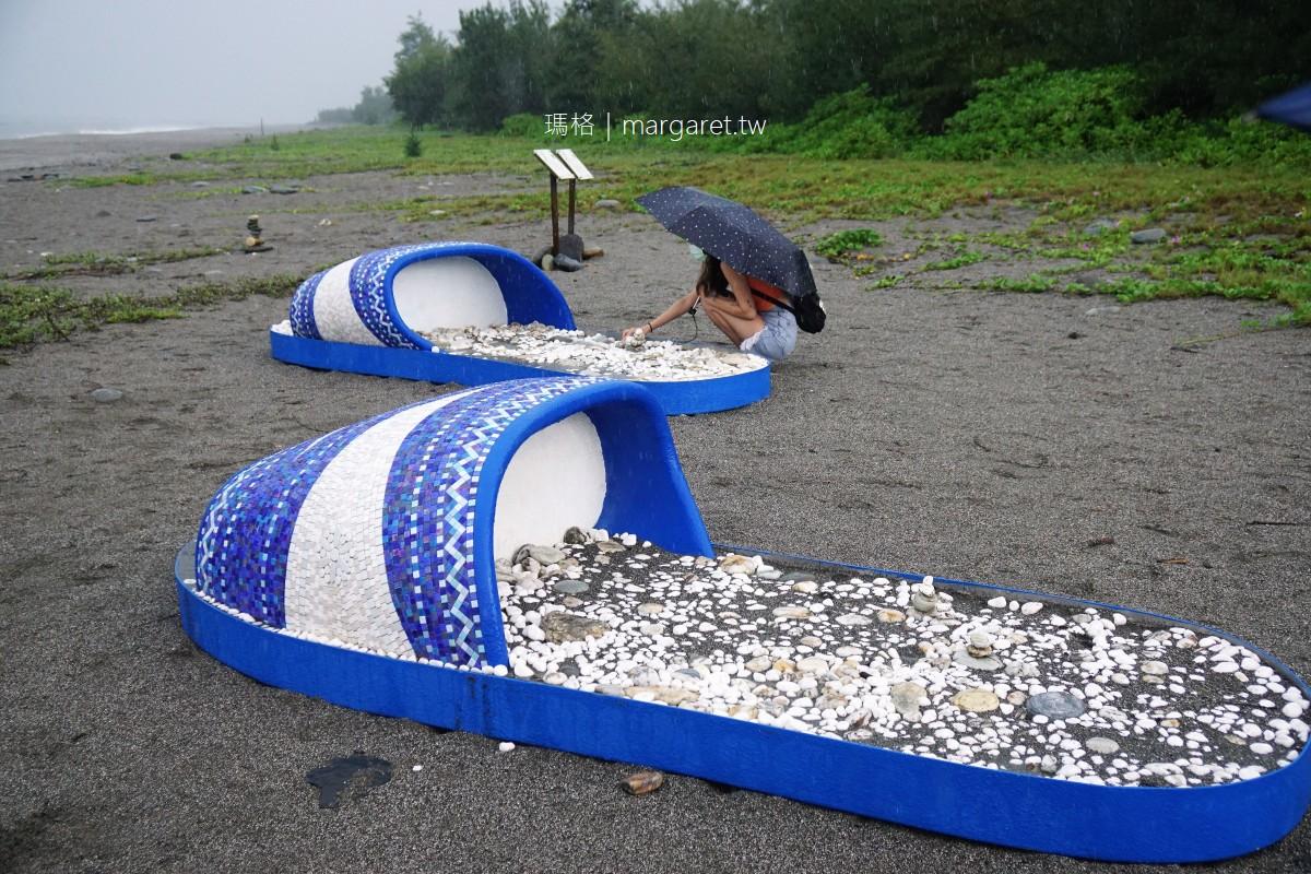 千禧曙光紀念園區沙灘。看海的巨人與解放的藍白拖|南迴藝術季。行走的意識 x 潮・南