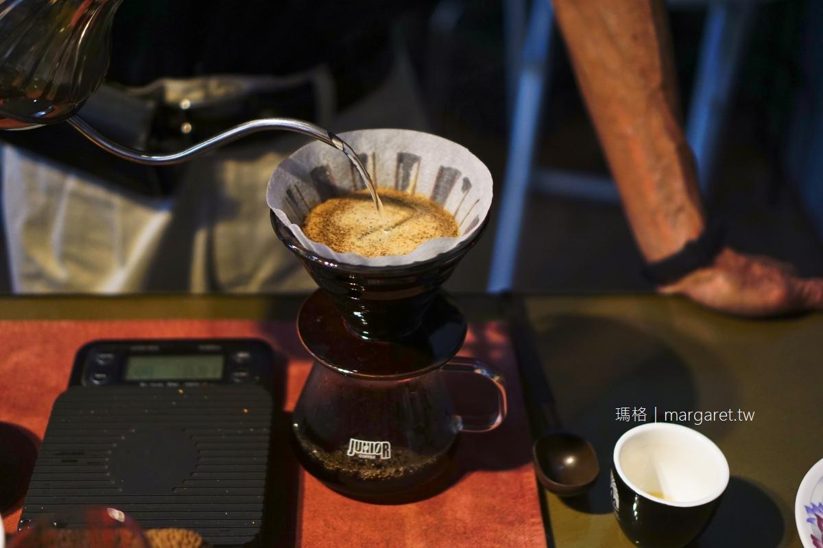 山坡咖啡。可遠眺在獨立山穿梭的阿里山小火車|文峰遊客中心2樓若蘭市集