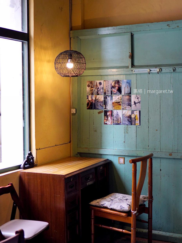 樓梯好陡steepstairs。大稻埕老屋咖啡|強大療癒力店狗陳英俊 @瑪格。圖寫生活