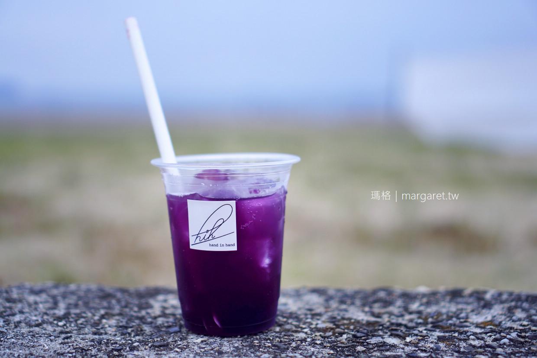 hand in hand。父母濱 在海邊喝一杯有葡萄果肉的鮮果汁