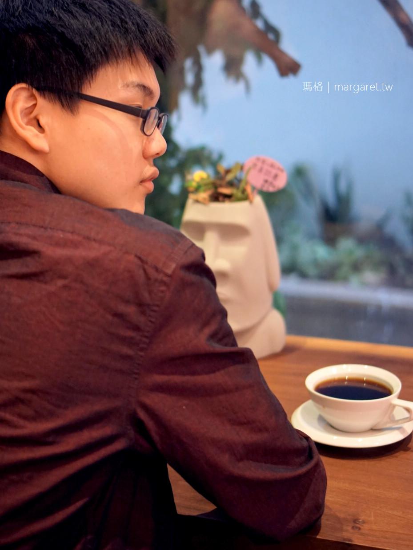 等一個人咖啡。嘉義小鎮慢讀店|書香下午茶