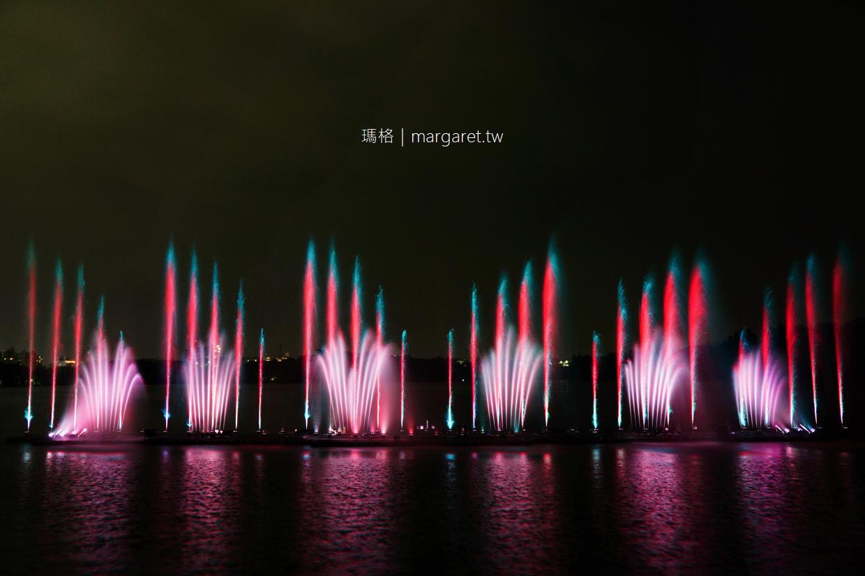 蘭潭音樂噴泉水舞燈光秀。月影潭心|嘉義夜遊好去處。大眾運輸建議