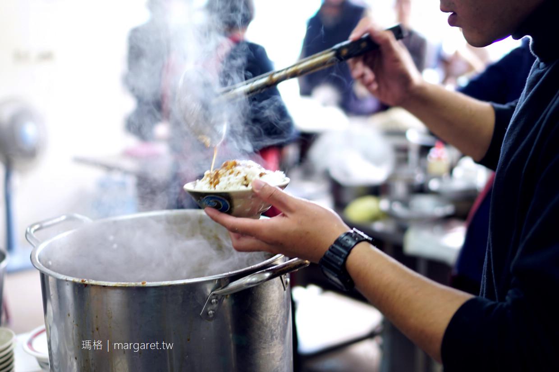 大勇街無名鹹粥。台南人的早餐 內用有位子就坐。外帶才要排隊